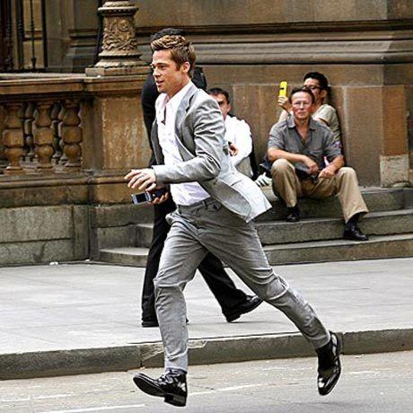 """""""Benjamin Button'ın Tuhaf Hikayesi"""" adlı filmde yaşlı bir adam olarak kamera karşısına geçen Pitt hem bu filmin hem de doğum gününün etkisiyle geçen yıllar hakkında oturup düşünmeye başladığını söyledi."""